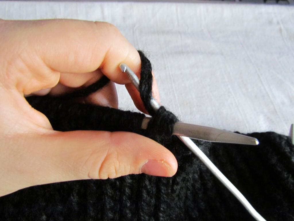 Продевание нитки через петли для более быстрого закрытия петель и завершения вязания