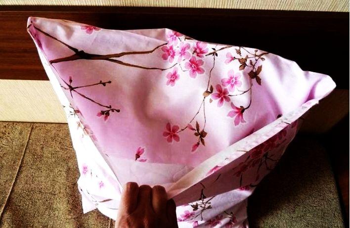Надевание сшитой наволочки на подушку